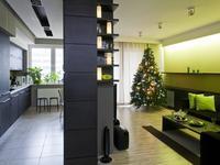 Zielony salon w świątecznych dekoracjach. Choinka w aranżacji salonu