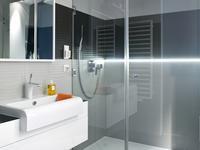 Aranżacje małych łazienek: mała łazienka z pazurem