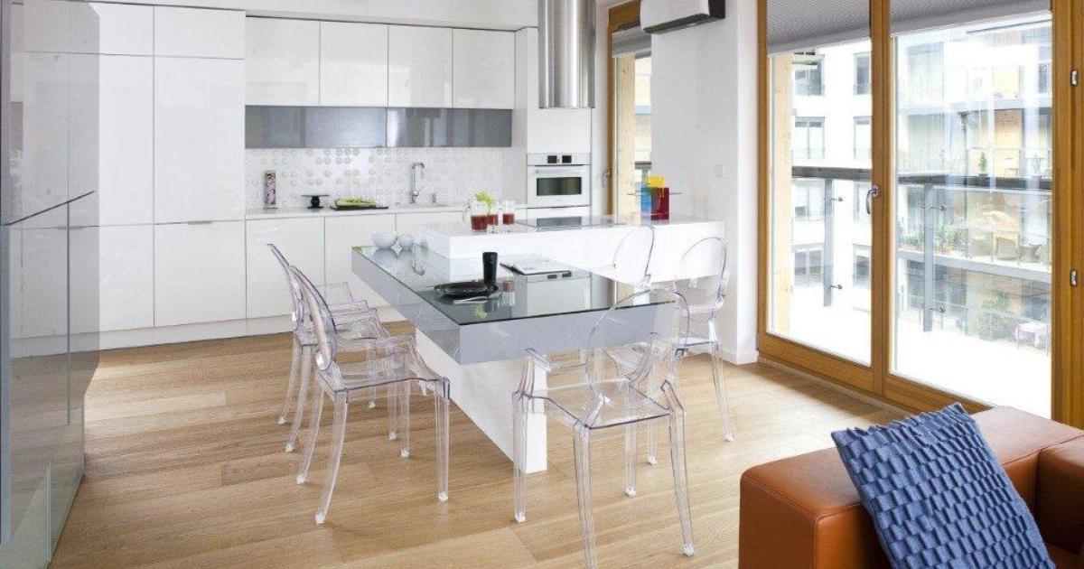 nowoczesne kuchnie aranżacje kuchni z salonem szk�o i biel