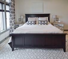 Biało-czarna sypialnia. Aranżacja w stylu klasycznym