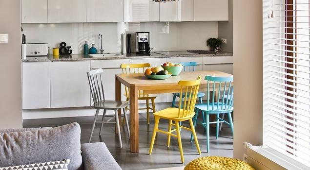 Pomysł na aranżację salonu z kuchnią dla rodziny z dzieckiem